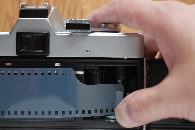 フィルムの取り付け方と巻き取り方を画像付きで解説します。